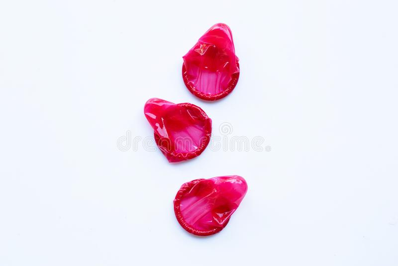 Κόκκινο προφυλακτικό σε ένα λευκό στοκ φωτογραφία με δικαίωμα ελεύθερης χρήσης