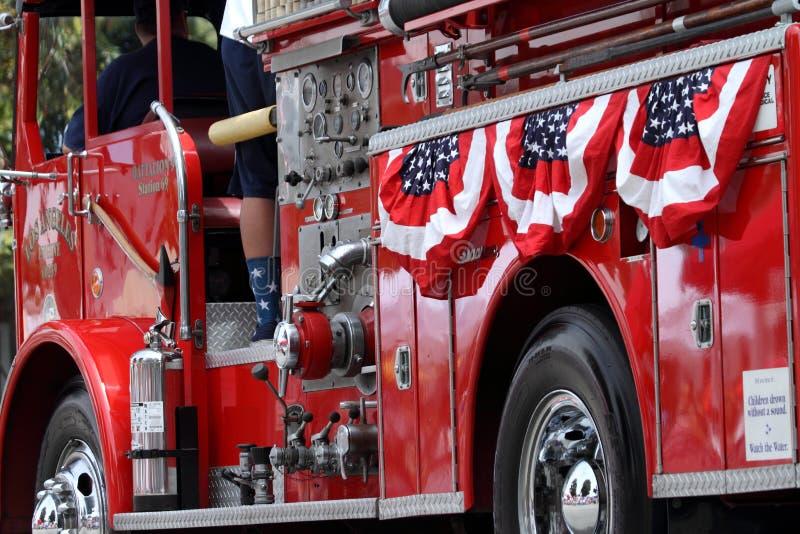 Κόκκινο πυροσβεστικό όχημα που διακοσμείται για 4ο της παρέλασης Ιουλίου στοκ εικόνες