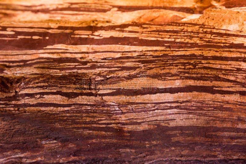 Κόκκινο ριγωτό υπόβαθρο σύστασης βράχου στοκ φωτογραφία με δικαίωμα ελεύθερης χρήσης