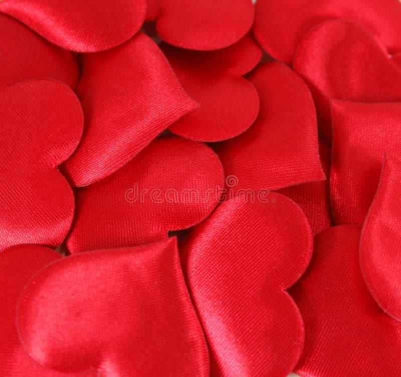 κόκκινο σατέν καρδιών ανασ στοκ εικόνες