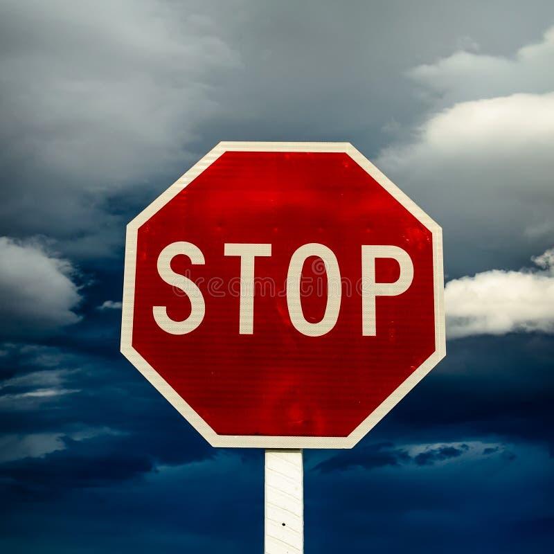 Κόκκινο σημάδι στάσεων ακρών του δρόμου σε ένα νεφελώδες υπόβαθρο στοκ εικόνες με δικαίωμα ελεύθερης χρήσης