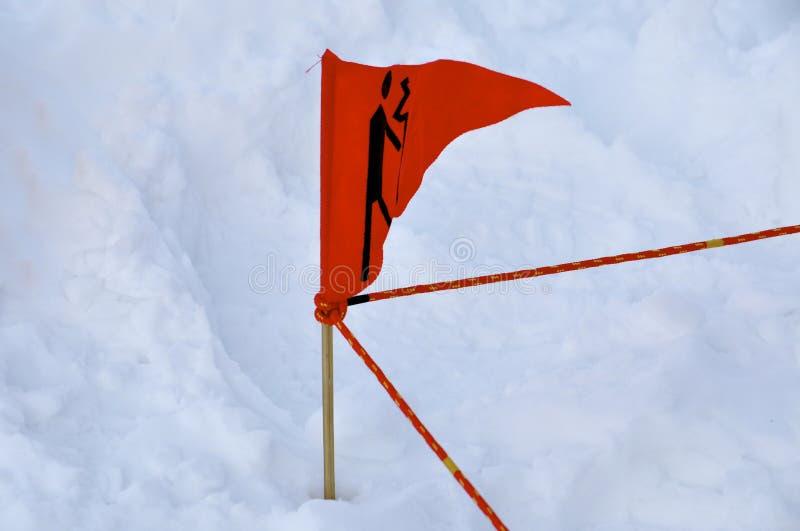 Download κόκκινο σημαιών χιονοστι&b στοκ εικόνα. εικόνα από κρύο - 13176481