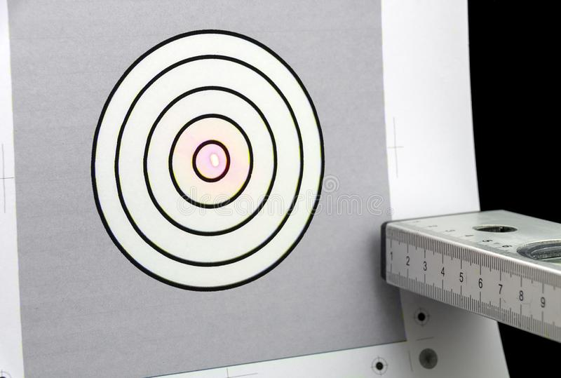 Κόκκινο σημείο ενός λέιζερ σε έναν στόχο στοκ φωτογραφίες