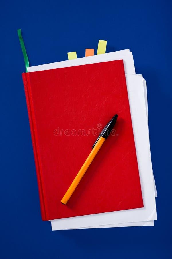 Κόκκινο σημειωματάριο με τη μάνδρα στοκ εικόνα με δικαίωμα ελεύθερης χρήσης