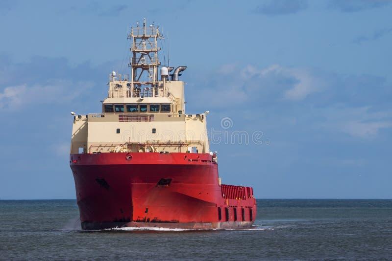 Κόκκινο σκάφος ανεφοδιασμού πλατφορμών άντλησης πετρελαίου στοκ εικόνες