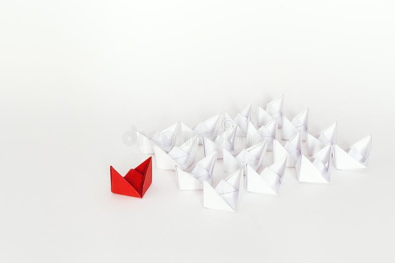 Κόκκινο σκάφος εγγράφου που οδηγεί τις άσπρες βάρκες στοκ εικόνα με δικαίωμα ελεύθερης χρήσης