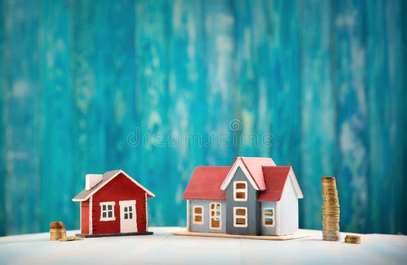 Κόκκινο σπίτι στο ξύλινο υπόβαθρο με τα τραπεζογραμμάτια στοκ εικόνες με δικαίωμα ελεύθερης χρήσης