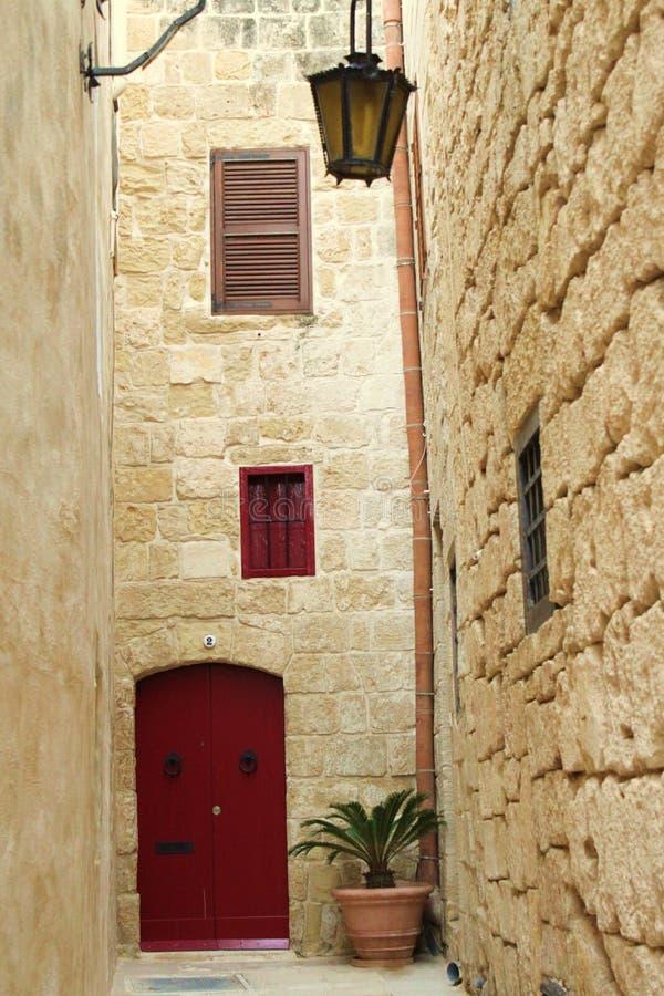 κόκκινο σπιτιών πορτών στοκ φωτογραφία με δικαίωμα ελεύθερης χρήσης