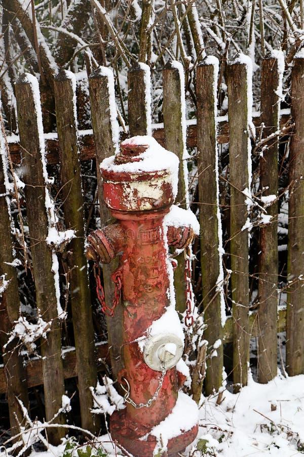 Κόκκινο στόμιο υδροληψίας πυρκαγιάς και ξύλινος φράκτης στοκ εικόνες με δικαίωμα ελεύθερης χρήσης