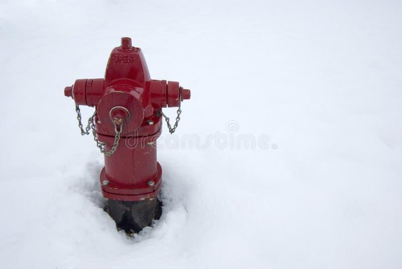 Κόκκινο στόμιο υδροληψίας πυρκαγιάς στο χιόνι στοκ εικόνες