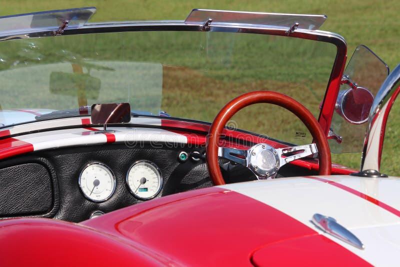 Κόκκινο ταμπλό του παλαιού πρότυπου εναλλασσόμενου ρεύματος Cobra σπορ αυτοκίνητο Εκλεκτής ποιότητας ύφος αυτοκινήτων στοκ εικόνα με δικαίωμα ελεύθερης χρήσης