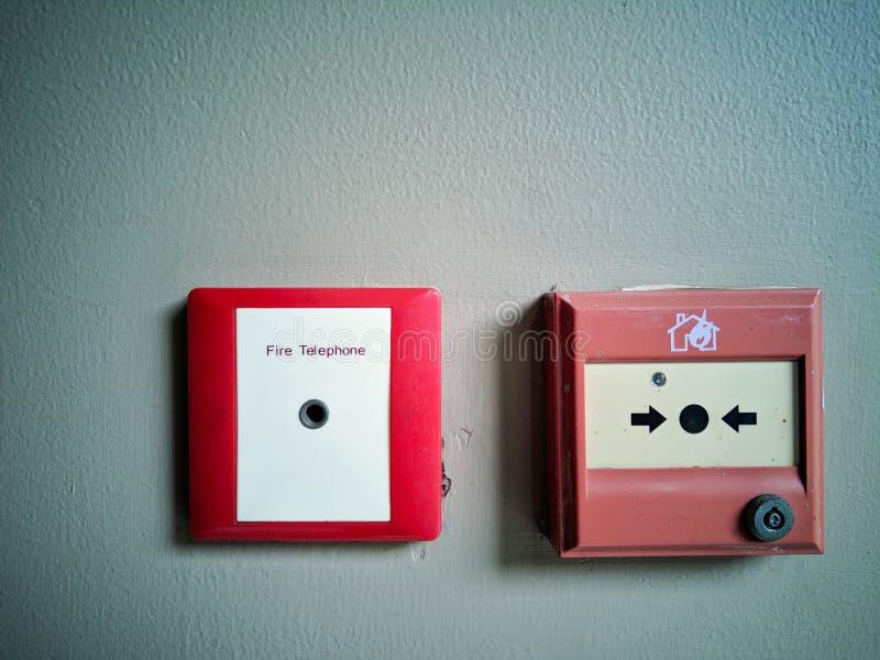 Κόκκινο τηλεφωνικό σημείο πυροσβεστών κιβωτίων στοκ εικόνες