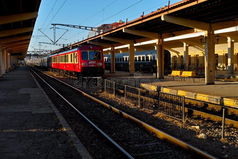 Κόκκινο τραίνο που περιμένει την αναχώρηση στοκ εικόνες με δικαίωμα ελεύθερης χρήσης