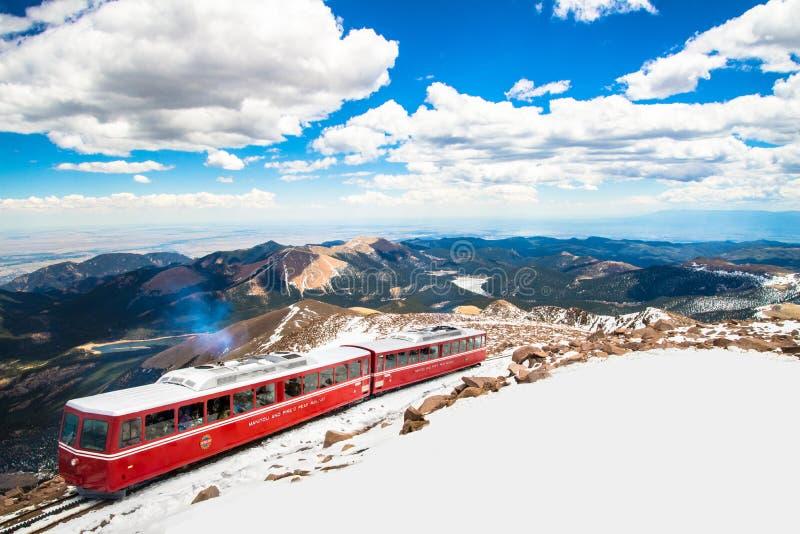 Κόκκινο τραίνο σιδηροδρόμων βαραίνω λούτσων μέγιστο στοκ φωτογραφία με δικαίωμα ελεύθερης χρήσης
