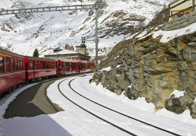 Κόκκινο τραίνο στο σταθμό GrÃÂ ¼ μ ορών στοκ φωτογραφίες