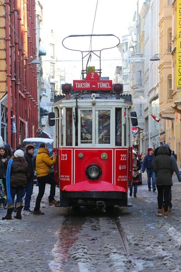 Κόκκινο τραμ στη λεωφόρο Istiklal στοκ εικόνα