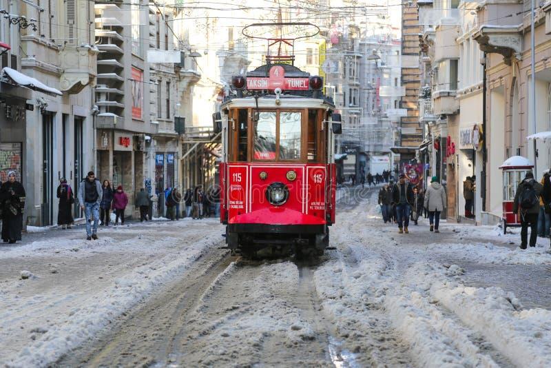 Κόκκινο τραμ στη λεωφόρο Istiklal στοκ φωτογραφίες με δικαίωμα ελεύθερης χρήσης