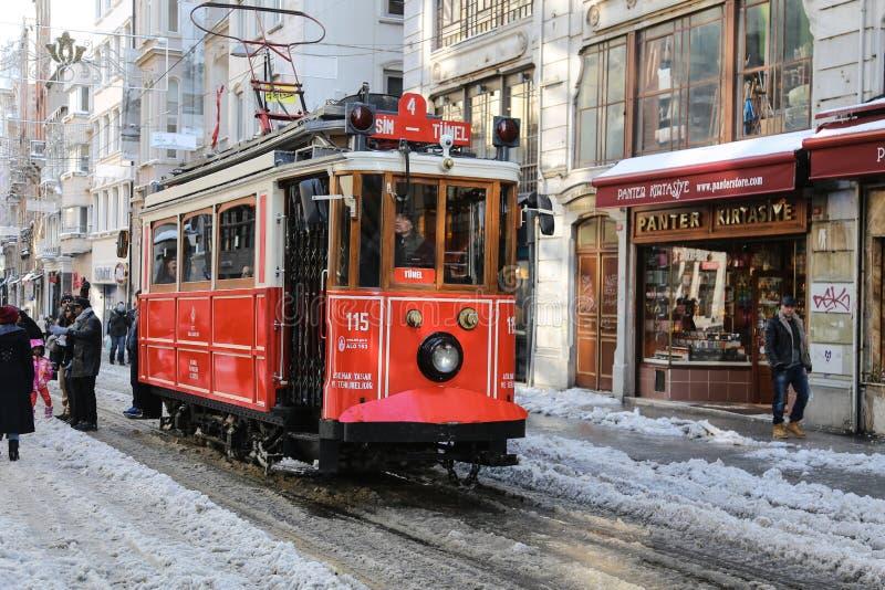 Κόκκινο τραμ στη λεωφόρο Istiklal στοκ εικόνες