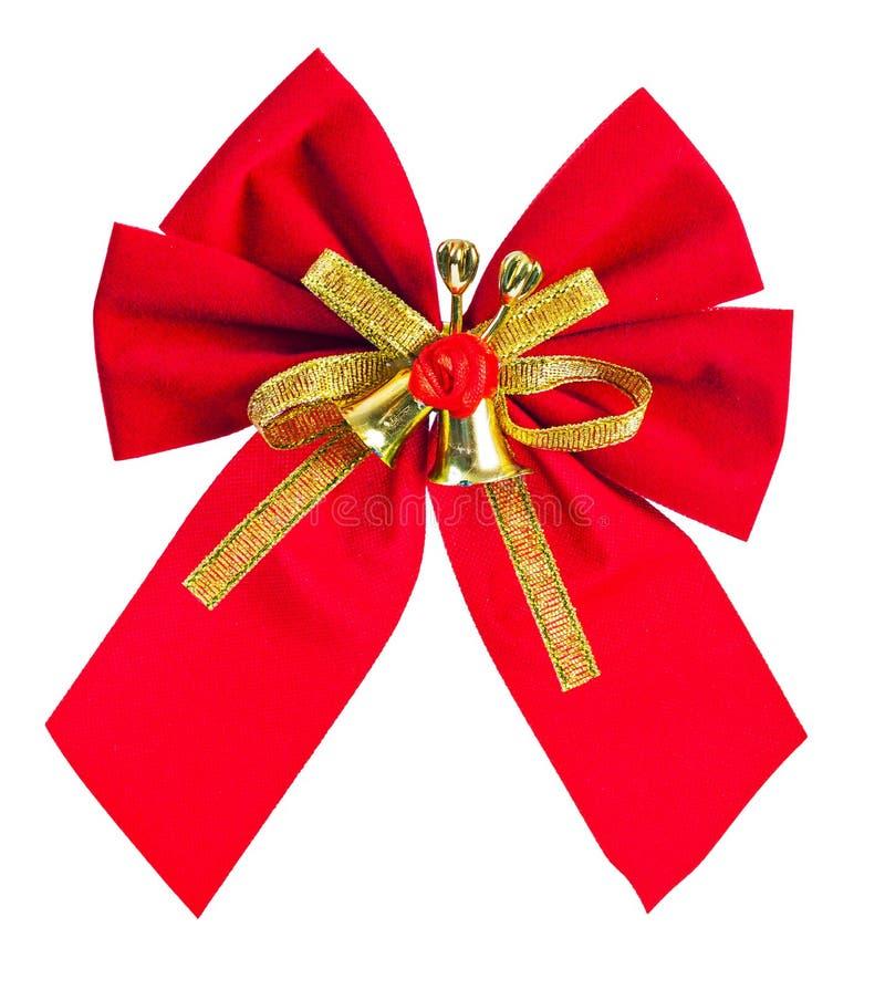 Κόκκινο τόξο Χριστουγέννων με τη χρυσή κορδέλλα και κουδούνια που απομονώνονται στο λευκό στοκ εικόνες