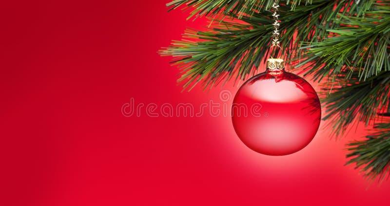 Κόκκινο υπόβαθρο εμβλημάτων χριστουγεννιάτικων δέντρων στοκ εικόνες