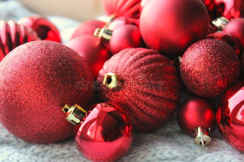 Κόκκινο υπόβαθρο Χριστουγέννων, δέσμη των σφαιρών για στενό επάνω χριστουγεννιάτικων δέντρων, διακοσμήσεις Χριστουγέννων Κάρτα Χρ στοκ φωτογραφία με δικαίωμα ελεύθερης χρήσης