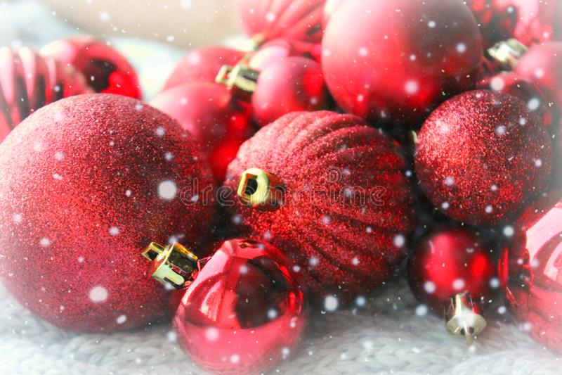 Κόκκινο υπόβαθρο Χριστουγέννων, δέσμη των σφαιρών για στενό επάνω χριστουγεννιάτικων δέντρων, διακοσμήσεις Χριστουγέννων Κάρτα Χρ στοκ εικόνα