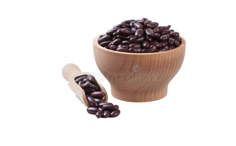 Κόκκινο φασόλι νεφρών στο ξύλινο κύπελλο και σέσουλα στο άσπρο υπόβαθρο που απομονώνεται διατροφή Συστατικό τροφίμων στοκ εικόνες με δικαίωμα ελεύθερης χρήσης