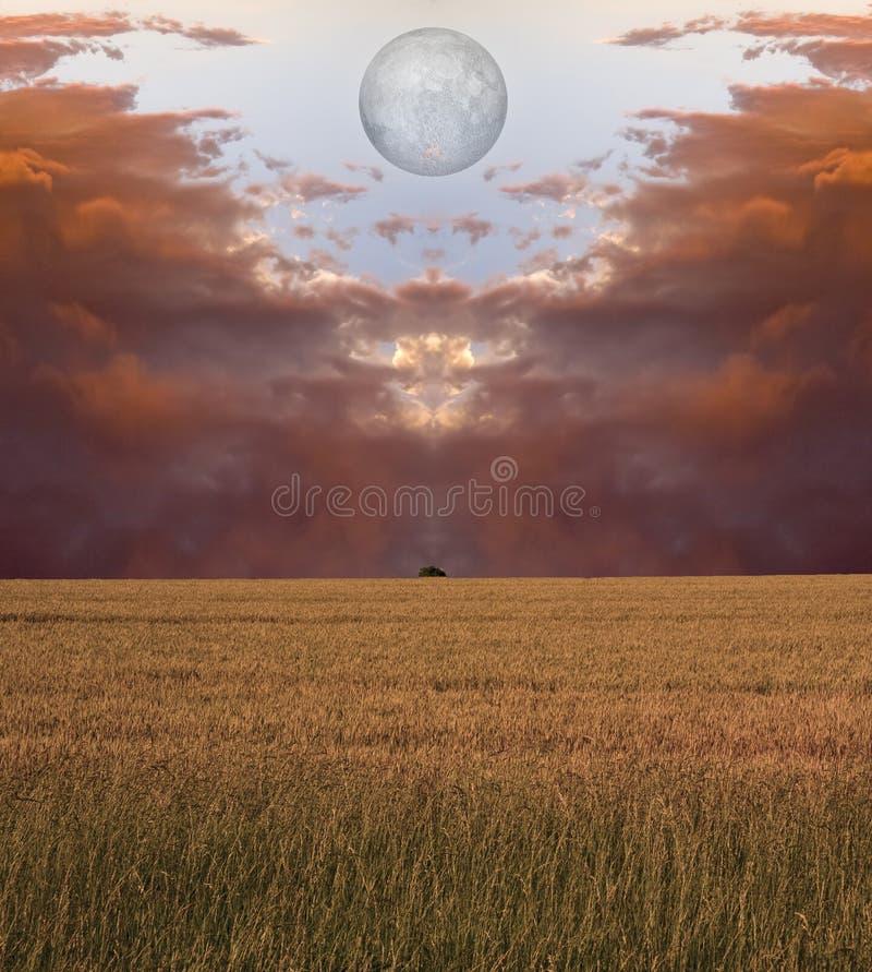 κόκκινο φεγγαριών σύννεφ&omega στοκ φωτογραφία