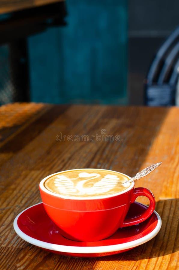 Κόκκινο φλυτζάνι με το cappuccino στοκ εικόνες