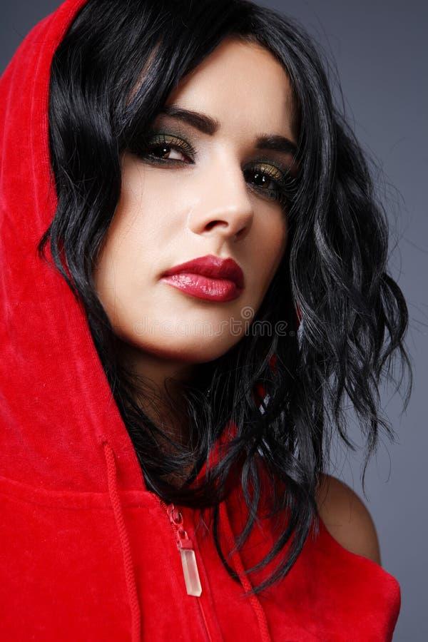 κόκκινο φορεμάτων brunette στοκ φωτογραφία