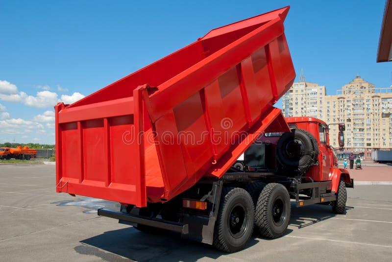 Κόκκινο φορτηγό απορρίψεων στοκ φωτογραφίες