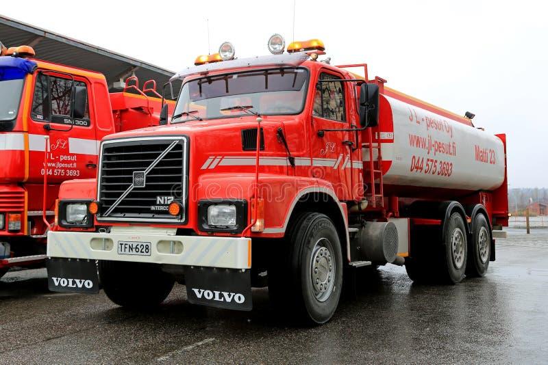 Κόκκινο φορτηγό δεξαμενών της VOLVO N12 στοκ εικόνες