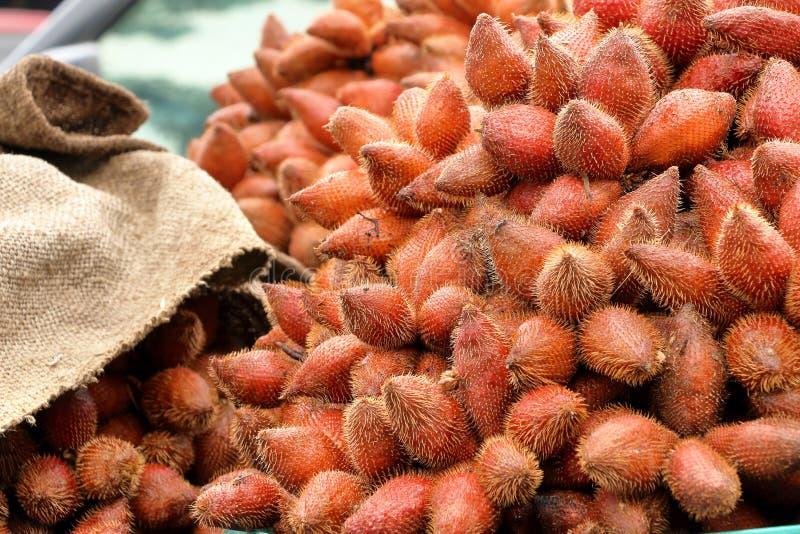 Κόκκινο φρέσκο salacca, zalacca, salak φρούτα στο καλάθι στοκ εικόνα με δικαίωμα ελεύθερης χρήσης