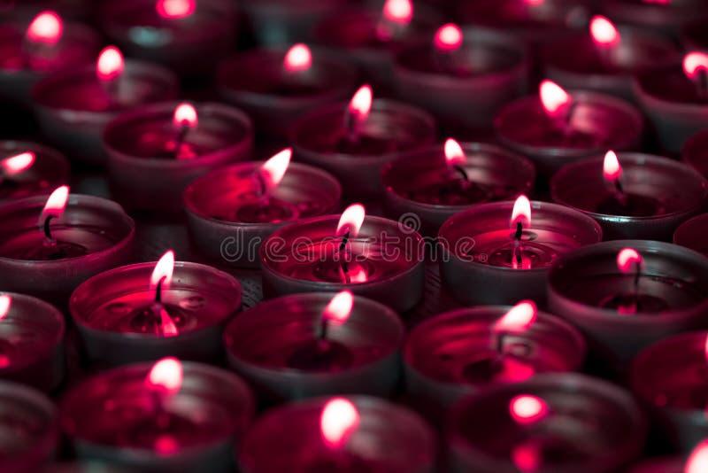 Κόκκινο φως ιστιοφόρου απόκοσμου αίματος από την αναμμένη φλόγα κεριών τσαγιού ελαφριά στοκ εικόνες