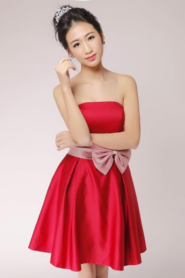 Κόκκινο φόρεμα και ασιατική ομορφιά στοκ φωτογραφία με δικαίωμα ελεύθερης χρήσης
