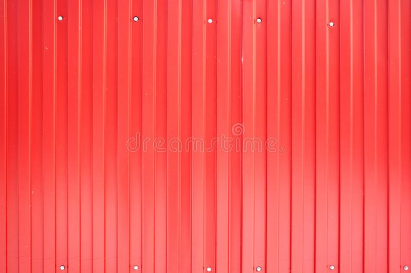 Κόκκινο φύλλο μετάλλων σιδήρου με τα κάθετα λωρίδες στοκ φωτογραφία με δικαίωμα ελεύθερης χρήσης