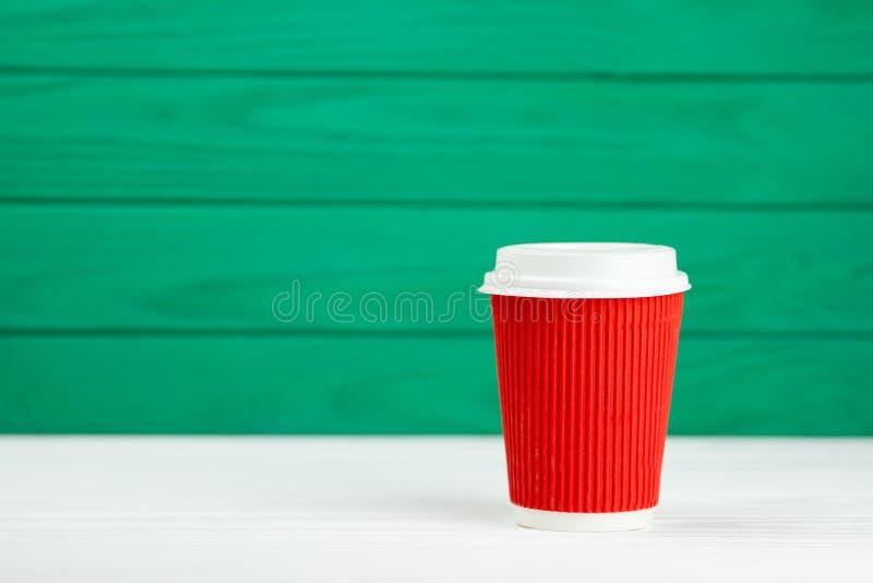 Κόκκινο φλυτζάνι καφέ σύστασης χαρτονιού εγγράφου θαμπάδων στοκ εικόνα