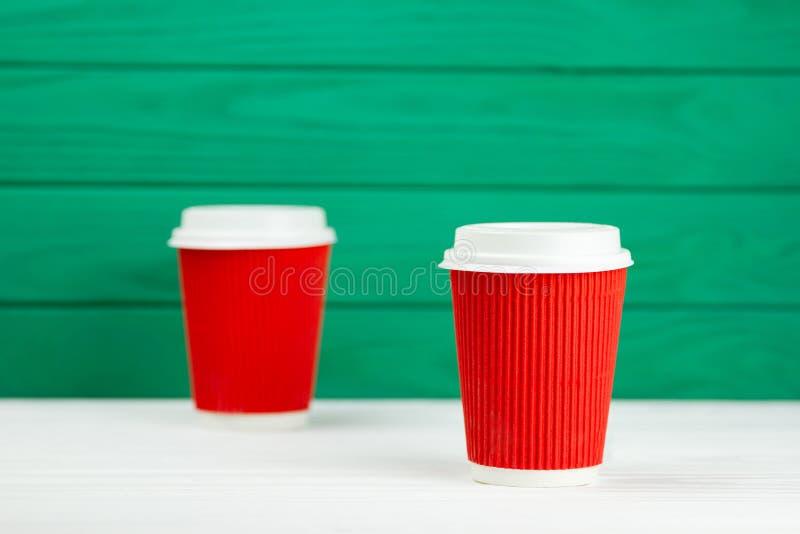 Κόκκινο φλυτζάνι καφέ σύστασης χαρτονιού εγγράφου δύο θαμπάδων στοκ φωτογραφίες