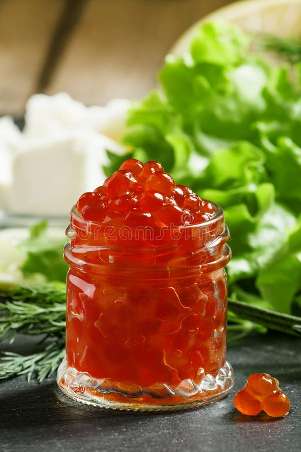 Κόκκινο χαβιάρι με το μαρούλι, άνηθος, δεντρολίβανο, λεμόνι, άλας θάλασσας και αλλά στοκ φωτογραφία με δικαίωμα ελεύθερης χρήσης