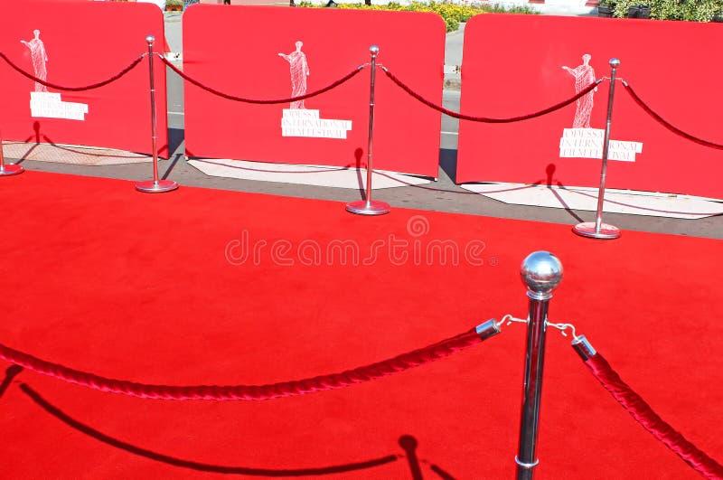 Κόκκινο χαλί στο κλείσιμο της τελετής του διεθνούς φεστιβάλ ταινιών της Οδησσός στοκ εικόνα με δικαίωμα ελεύθερης χρήσης