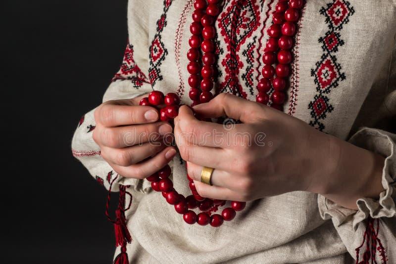 κόκκινο χεριών χαντρών Ουκρανική κεντητική rosaries στοκ φωτογραφία με δικαίωμα ελεύθερης χρήσης
