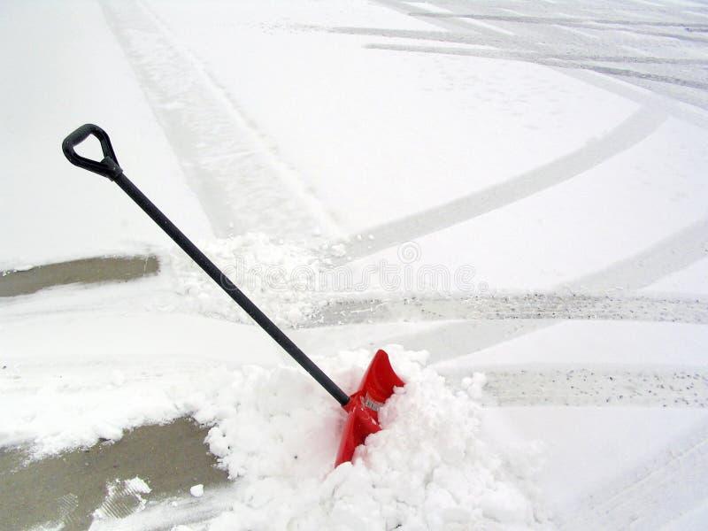 κόκκινο χιόνι φτυαριών στοκ εικόνα