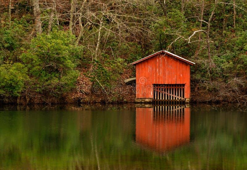 Κόκκινο Boathouse επάνω από τις πτώσεις Desoto στοκ φωτογραφίες με δικαίωμα ελεύθερης χρήσης