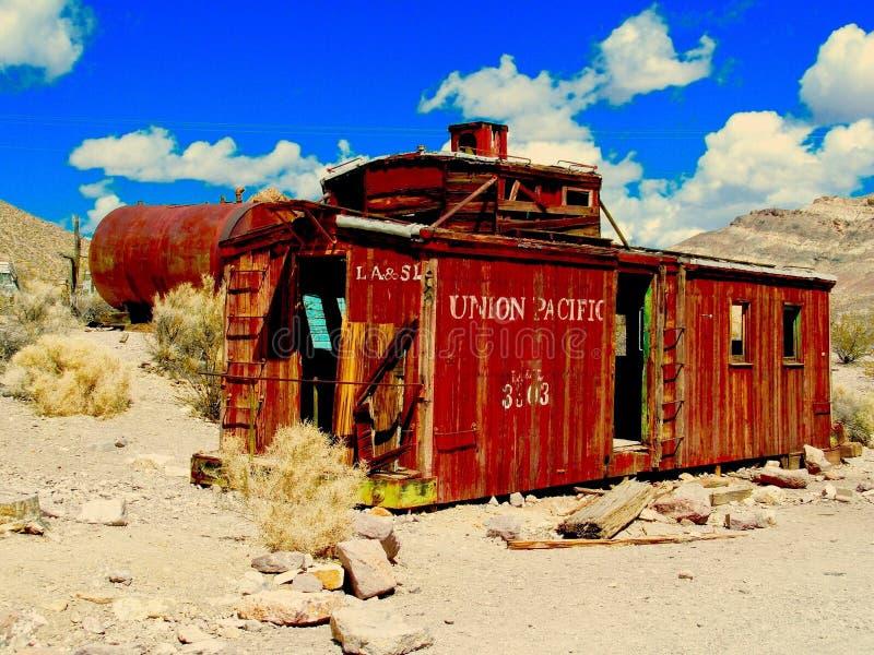 Κόκκινο caboose στην έρημο στοκ εικόνες