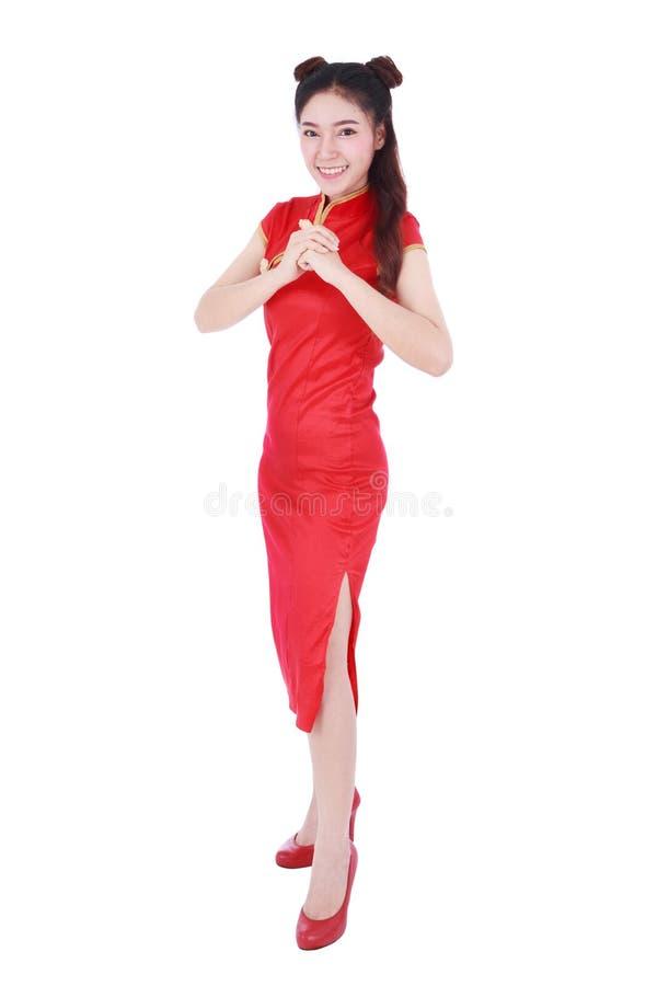 κόκκινο cheongsam ένδυσης γυναικών με τη χειρονομία των συγχαρητηρίων στην έννοια του ευτυχούς κινεζικού νέου έτους που απομονώνε στοκ εικόνες