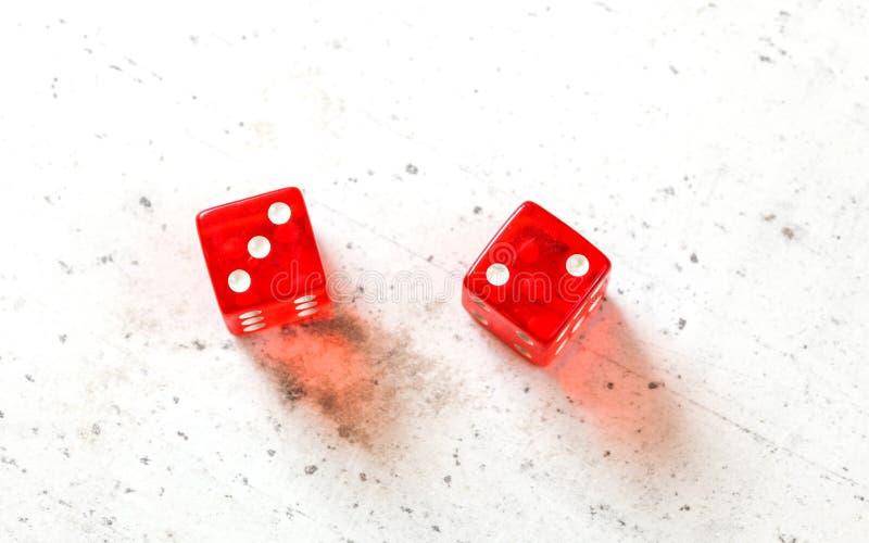 Κόκκινο craps δύο χωρίζει σε τετράγωνα την παρουσίαση πυρετού πέντε η μικρή Phoebe αριθμός τρία και δύο υπερυψωμένος πυροβολισμός στοκ εικόνες