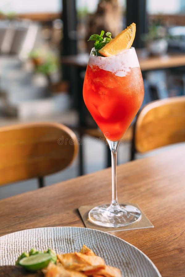 Κόκκινο fruity κάλυμμα mocktail με τα φύλλα μεντών και το τεμαχισμένο λεμόνι στοκ εικόνες