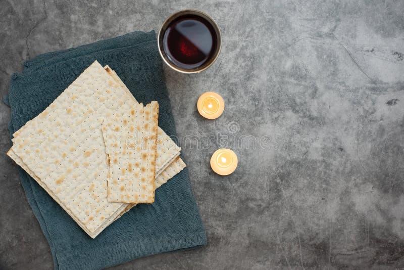 Κόκκινο kosher κρασί με το matza σε ένα γκρίζο υπόβαθρο r Με το διάστημα αντιγράφων στοκ εικόνα με δικαίωμα ελεύθερης χρήσης