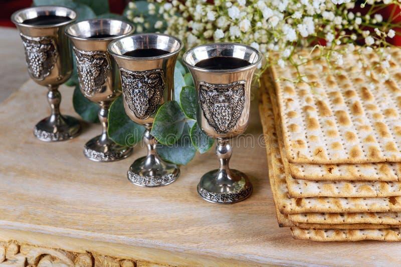 Κόκκινο kosher κρασί τέσσερα του matzah ή του matza Passover Haggadah στοκ φωτογραφία με δικαίωμα ελεύθερης χρήσης