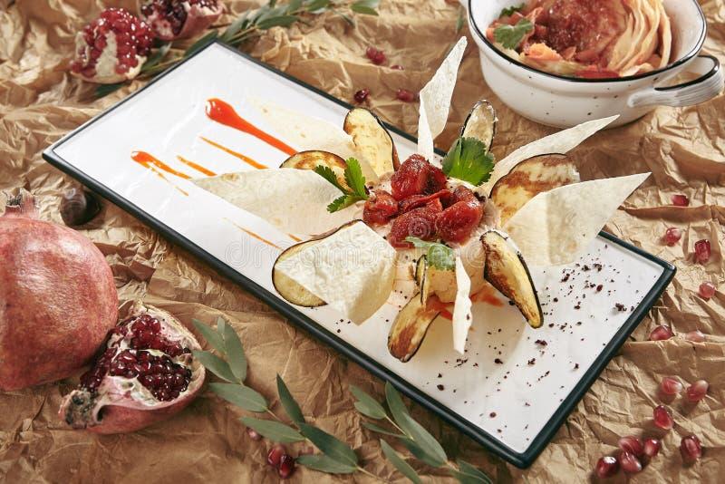 Κόλλα μελιτζάνας που διακοσμείται με τα τσιπ μελιτζάνας και τις λεπτές φέτες του ψωμιού Pita στοκ φωτογραφίες με δικαίωμα ελεύθερης χρήσης
